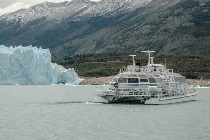Navegando el Lago Argentino cerca del Glaciar Perito Moreno