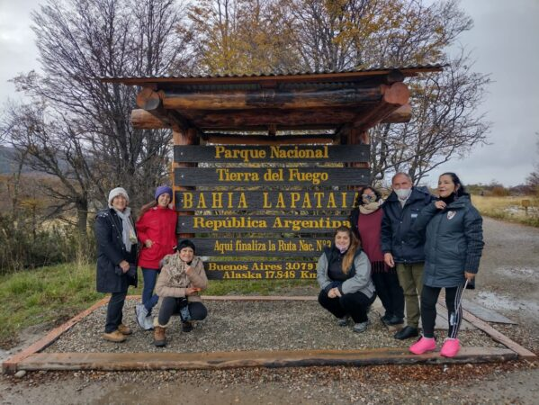 Familia en el cartel de Fin de la Ruta en Bahía Lapataia