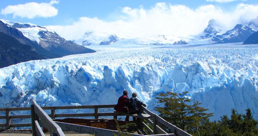 Personas en las pasarelas del Glaciar Perito Moreno.